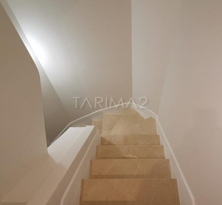 Rodapie de madera natural a medida en escalera